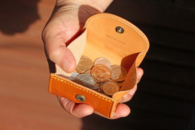 小銭入れと男性の手